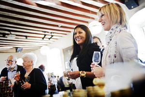 Lockande rosé. Jonna Larsson (närmast) och Helena Ivarsson lockas av roséviner. Inte bara en dryck, har de fått lära sig, utan något som också ska matcha sminket.