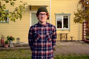 Joel trivs bra i sitt hus i Älvkarleö fast det ligger en bit ifrån skolan i Gävle.