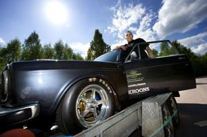 Den som vill ägna sig åt dragracing köper ofta en färdig bil. det gäller dock inte Jan Hallman från Borlänge som i stället satsade på att köpa en genomrostad Volvo för 5000 kronor för att sedan för egen hand förvandla den till ett mullrande fartmuskedunder.