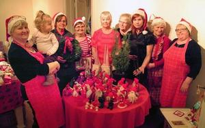 Här är Isabell Almgren, Vendela Dahlgren, Ingrid Westin, Ing-Britt Nilsson, Ingegerd Hobring, Ulla Pålsson, Marina Lindström, Sonja Almgren, och Elisabeth Lundblad samlade runt Ingegerd Hobrings tomtar på julmarknaden i Hammarstrand.