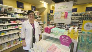 """Ann-Louise Ivansson, apotekstekniker på Apoteket Lejonet i Fagersta, brukar tipsa kunder till att skydda händerna från kyla. """"Se till att använda handskar när det börjar bli kallt ute för att undvika att bli torr och använd gärna duscholja för att återfukta huden"""", säger hon."""