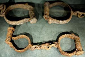 Möten. På slavmuseet i Liverpool visas bland annat bojor som användes vid transport av slavar. Men slavhandeln ledde också till möten mellan kulturer – och rockmusik. Arkivbild: Dave Thompson/Scanpix-AP
