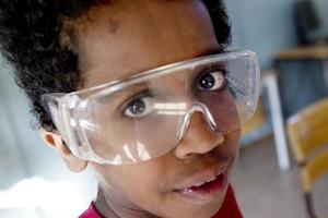 Blivande kemist? Elvaårige Mussie Tewelde tog på sig skyddsglasögon för säkerhets skull i går när klass 5B på Björksätraskolan i går experimenterade fram färg.