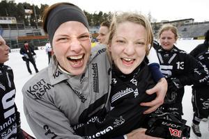 Linda Odén firar SAIK:s SM-guld 2007 tillsammans med Anna Lundin.