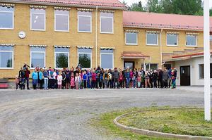 Både unga och gamla i Noraström manifesterar här sin önskan om att skolan ska öppna igen.