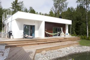 På baksidan av huset finns många platser för avkoppling, hängmattan, solstolen eller direkt på trädäcket vid dammen.
