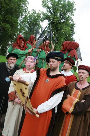 Stig Ericsson (manusförfattare), Pär Johansson (Engelbrekt), Christian Söderberg (härold), Andreas Norling (Erik Puke) och Lars Enström (Karl Knutsson Bonde). Bakom skymtar delar av Arbogas medeltida stadsvakter.