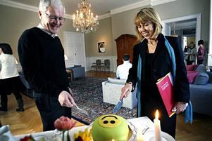 Per-Olof Erickson, ordförande i Naturskyddsföreningen i Gävleborgs län och landshövdingen Barbro Holmberg firade överenskommelsen med ekologisk tårta.