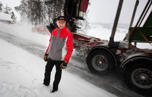 """""""Det är bara en tidsfråga innan det händer en allvarlig olycka"""" säger                      Ingvar Nilsson i Genvalla om trafiksituationen mellan Vallsundsbron och Målsta.Foto: Håkan Luthman"""
