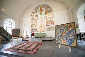Några av Uno Vallmans konstverk. I bakgrunden den stora altarmålningen som stod färdig 1964.