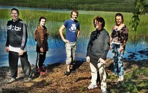 En del av ensemblen vid den vackra Budsjön , från vänster Caroline Brorsson som spelar Karin, Lisa Emanuelsson, Anna, André Ihlar som Olov, regissör Agneta Stolpe samt Lovisa Berglund, Stina.FOTO: BOEL FERM