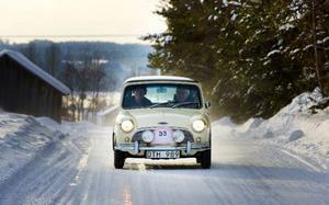 Torbjörn Andersson och Olle Modin anländer till målet i sin BMC Cooper från 1966.