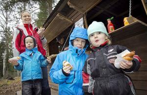 Anette Widmark och barnen Lucas, 5, Viktor 8 och Alva 2 år, hälsade på i Bjuråker.
