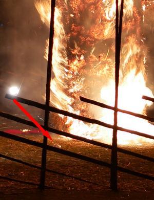 Kvar på platsen efter att gärningsmannen flytt ligger en petflaska som vittnena berättar att han hällde den brandfarliga vätskan ur.