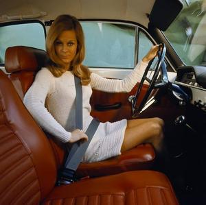 1959 införde Volvo trepunktsbältet som standard i sina bilar. Inte förrän 1975 blev det lag på att ha bilbälte i framsätet.