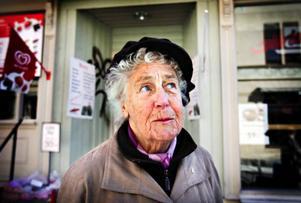 Solveig Wibe, 89 år, var på väg hem till lägenheten på Hantverksgatan och katten Sissi efter att ha vandrat ned till Skattemyndigheten på Köpmangatan och lämnat sin och en väninnas deklaration. Hon är mamma till EU- och eurokritikern Sören Wibe i Umeå som 1995 – 1999 satt i Europaparlamentet för socialdemokraterna. Nu står han som nummer 1 på Junilistans valsedel.– Jag tycker precis som min son. Det har gått bra med den svenska kronan. Kan man inte behålla den då?