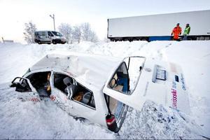 Olyckan inträffade vid 08.30-tiden då en minibuss körde ut på E14 från Åre Continental Inn i Björnänge. Två av tränarna har mycket allvarliga skador och vårdas vid universitetssjukhuset i Umeå.