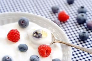 Probiotika, som bland annat finns i yoghurt, är levande mikroorganismer som ger positiva hälsoeffekter.