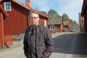 ENIGA. Lars-Göran Birkehorn Karlsen stämde av med flera grannar innan han skickade kraven till Vägverket, sedemera Trafikverket, om en säkrare trafikmiljö på Bruksgatan i Tobo.
