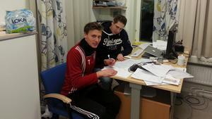 Tom Stahre skriver på ettårskontraktet med BKV Norrtäljes sportchef Tobias Lindström.