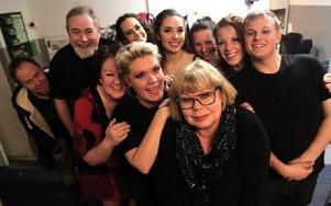 Producenten Kicki Bergsten (längst fram) tillsammans med delar av ensemblen i logen på Maximteatern. Foto: Jonas Stentäpp