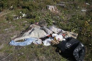 Sopor lämnades kvar på en plats söder om Harmånger.
