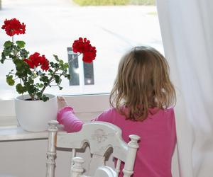 Jag älskar denna bild på min dotter när hon tittar ut i vårat köksfönster. Vi väntade gäster, och man kan se att hon längtar.