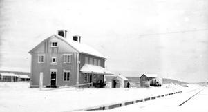 Stationshuset en vinterdag, troligen på 1950-talet. Fotot tillhör hembygdsföreningen.