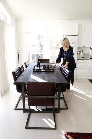Matbord med plats för minst åtta. Julen kommer förmodligen firas i Åsas och Torbjörns hus.