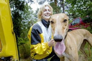 Katarina Lindberg med sin ögonsten Bella som slutade två i lopp ett. I tävlingssammanhang heter den stiliga tiken dock Hazel O'Hannah.