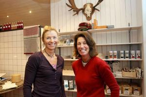 """Karen Monsén och Titti Rönngren, på Smak, vill erbjuda produkter som inte finns i de stora livsmedelsbutikerna. """"Jag tror inte folk kommer hit för att köpa mat till middagen utan det blir nog mest presenter"""", tror Karen."""