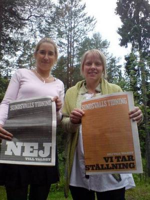 Karin Näslund och Birgitta Ulming Strand visar tematidningen mot våldet som de fick Klara Lindhstipendiet för.