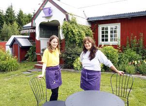 Cecilia och Birgitta Edholm i väntan på de första gästerna.