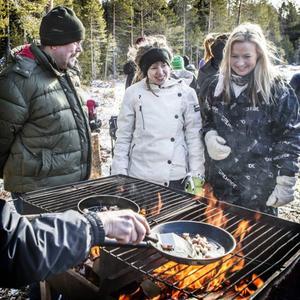 Nina Lundberg och Sonia Elvstål väntade på kolbullar.