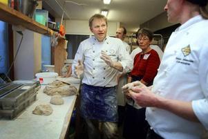MÄSTAREN. Manfred Enocksson från Saltå Kvarn berättar för deltagarna hur brödet ska bakas ut varsamt.