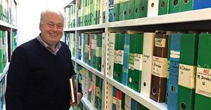 Mats Wenlöf är utvecklings- och förlagschef på ATR. Han visar stolt upp förbundets bibliotek med över 6 000 manus.