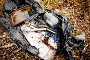 Soppåsar som innehåller bland annat rakblad och bestick har slitits sönder. Innehållet kan skada traktens djur.