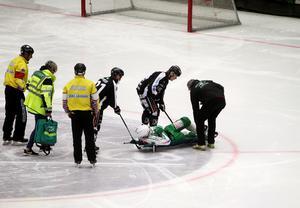 Christoffer Edlund och Albin Airisniemi SAIK hjälpte Simon Folkesson av isen efter skadan.