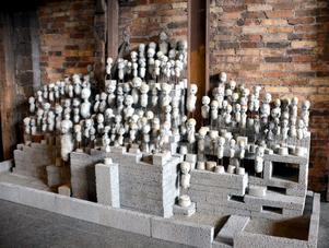 Kaj Engström ställer ut sina betongdockor. Han har köpt in gamla dockor på olika ställen och använt dem som form. Genom att borra hål i huvudet och hälla i cement, får han en exakt kopia av dockan. Dockformen avlägsnas och dockan lever vidare i betongskepnad. Kanske någon av besökarna kan känna igen sin gamla docka.