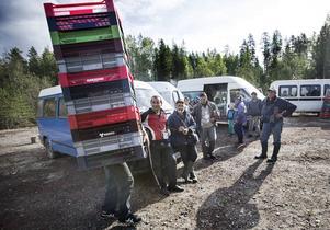 Det var i en sandgrop mellan Hoting och Rossön som ett hundratal bärplockare från Bulgarien slog läger i augusti. I lägret fanns stora mängder bärlådor och bäruppköparföretaget Blommor och bär bekräftar att de köpte bär från dem. Men nekar till att de ligger bakom att de slog läger just där.