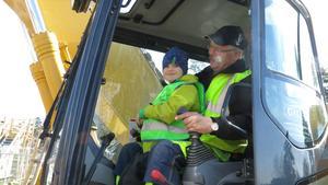 Arwid Norling, 6, fick sitta med vid spakarna.