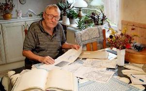 Lennart Larsson har mängder med material om planer på en ny förbifart. På 1930-talet skulle Grängesbergsvägen bli återvändsgata. Foto: Torbjörn Svensson/DT
