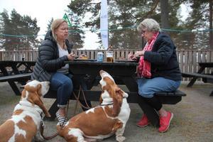 Anna Halvarsson är tillsammans med Mats Hedberg de nya arrendatorerna av Stenö Campings restaurang. Här testar hon sin egen mat tillsammans med mamma Inga-Lisa.
