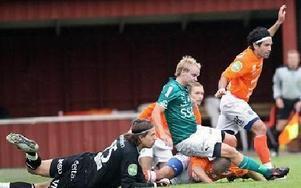 DUKTIG MÅLVAKT. Målvakten Tim Markström var Umeås bäste spelare. Här ser han till att Andreas Hedlund inte får någon chans.Foto: BONS NISSE ANDERSSON