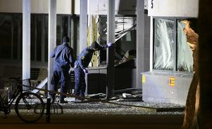 Polisens kriminaltekniker arbetade vid den sprängda entrén till polishuset i Helsingborg tidigt på onsdagsmorgonen.