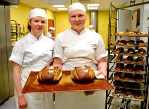Hushagsgymnasiets Isabelle Jansson och Emelie Morelius har tränat hårt inför skol-SM i bageri på måndag och tisdag i Göteborg.