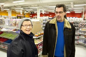 Gillar priserna. Mary Carlsson med sonen Dennis Carlsson.