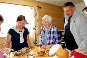 Jeanette Kråik berättade Eli och Hans Widmark i ateljén.