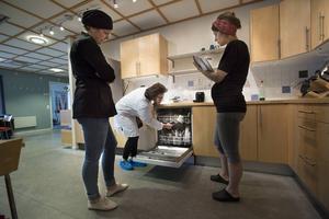 Miljö- och hälsoskyddsinspektör Emma Frändén och livsmedelsinspektör Maria Nordberg synade vårt personalkök på Hudiksvalls Tidning.