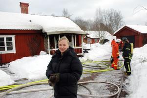 REPRIS. Regina Birkehorn bor mitt emot det eldhärjade huset på Bruksgatan i Tobo. För henne var branden en otäck repris då hon också ullevde branden i grannhuset för 1,5 år sedan.